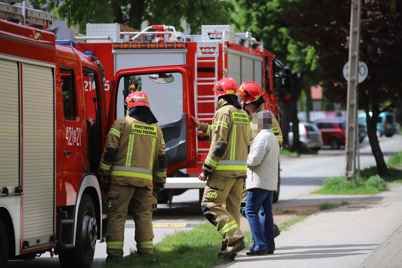 """Pościel w ogniu i trzy zastępy straży na """"Wenecji"""". Sąsiedzi gasili pożar z balkonów [ZDJĘCIA] - Zdjęcie główne"""