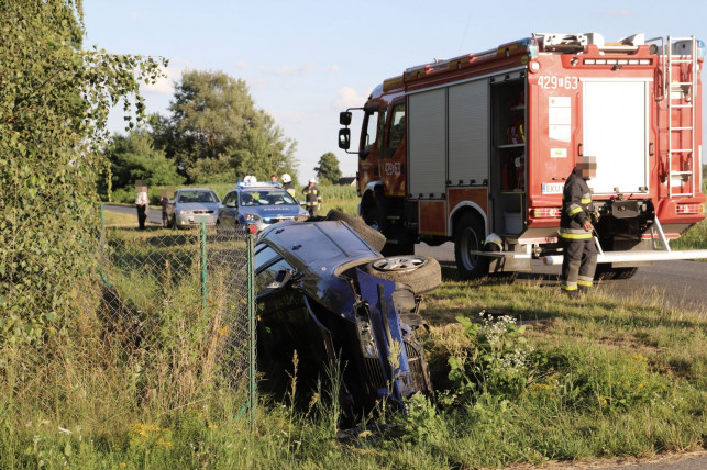 [ZDJĘCIA] Groźnie w okolicach Kutna. Samochód wylądował w rowie - Zdjęcie główne