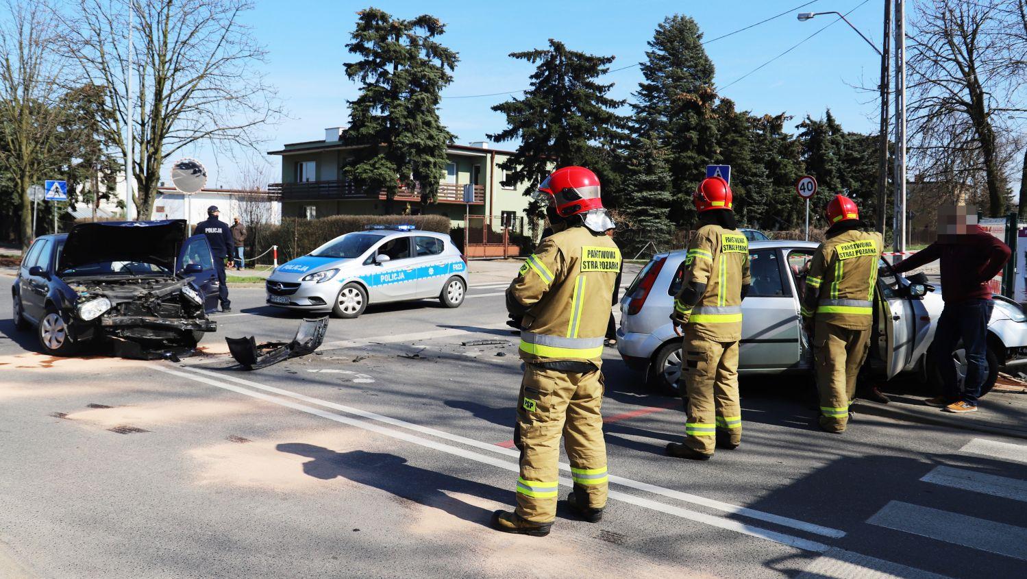 [ZDJĘCIA] Kraksa w Kutnie. Rozbity samochód blokuje skrzyżowanie - Zdjęcie główne