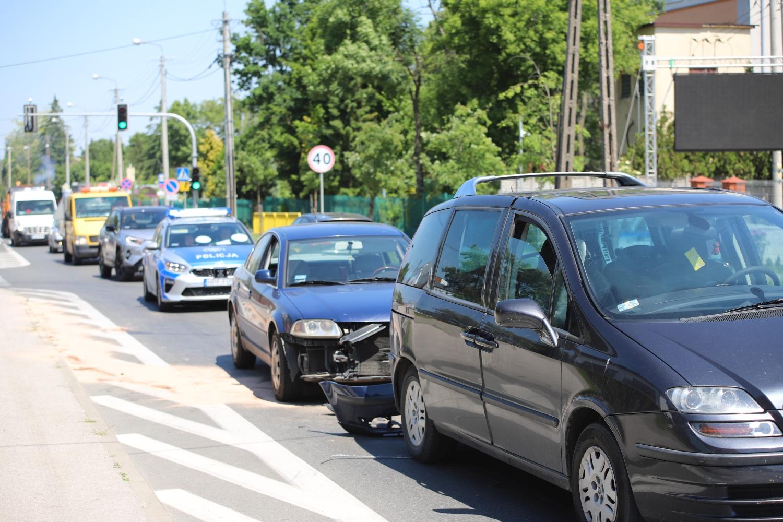 Kolejna kraksa na Łęczyckiej: na miejscu policja. Są utrudnienia w ruchu [ZDJĘCIA] - Zdjęcie główne