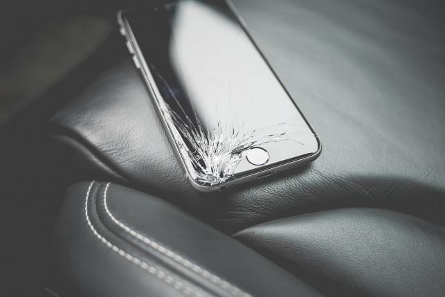 Zbita szybka w telefonie - co robić?  - Zdjęcie główne