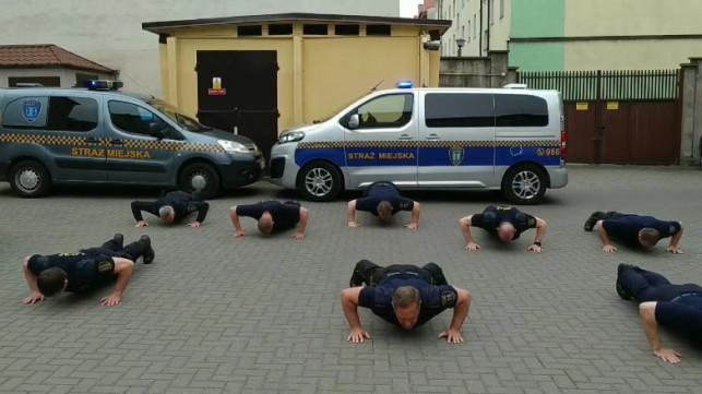 [WIDEO] Strażnicy przyjęli nominację od strażaków. Zobacz, jak ''pompują'' dla Wojtusia - Zdjęcie główne