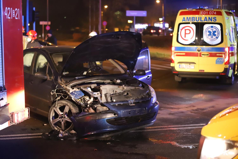 """[ZDJĘCIA] Zderzenie dwóch aut, jedno """"wbiło się"""" w płot. Są ranni, spore utrudnienia w ruchu - Zdjęcie główne"""