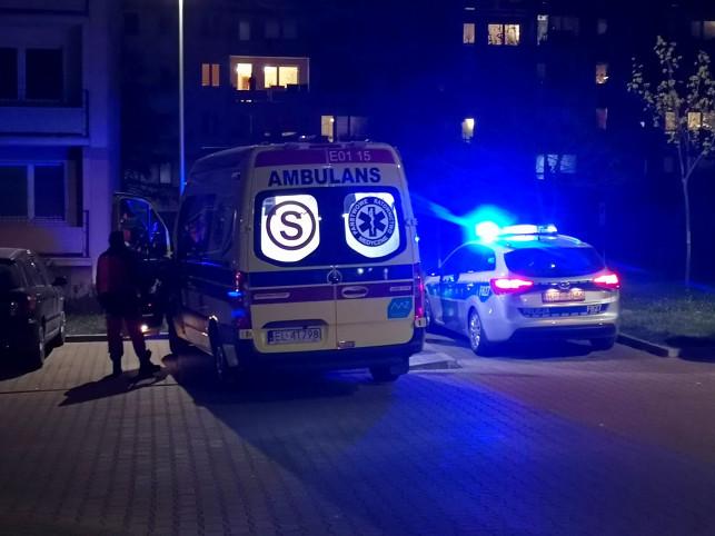 [ZDJĘCIA] Zwłoki mężczyzny znalezione pod blokiem w Kutnie. Prokuratura nie wyklucza udziału osób trzecich - Zdjęcie główne