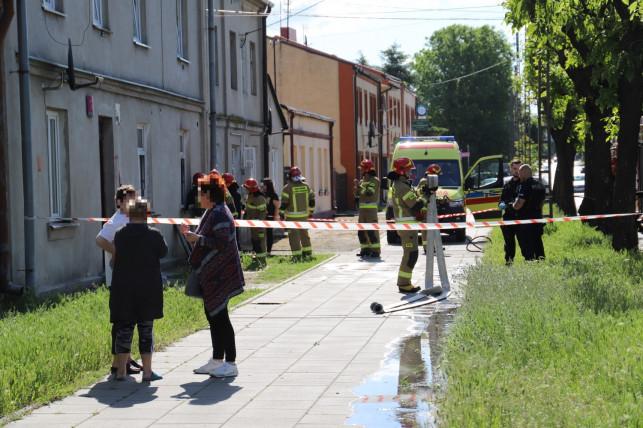 [ZDJĘCIA, AKTUALIZACJA] Pożar mieszkania, w środku był mężczyzna. Kilka zastępów straży w akcji - Zdjęcie główne