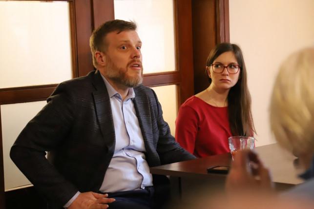 [WIDEO, ZDJĘCIA] Adrian Zandberg rozmawiał z kutnianami. ''Lewica źle się kojarzy historycznie'' - Zdjęcie główne