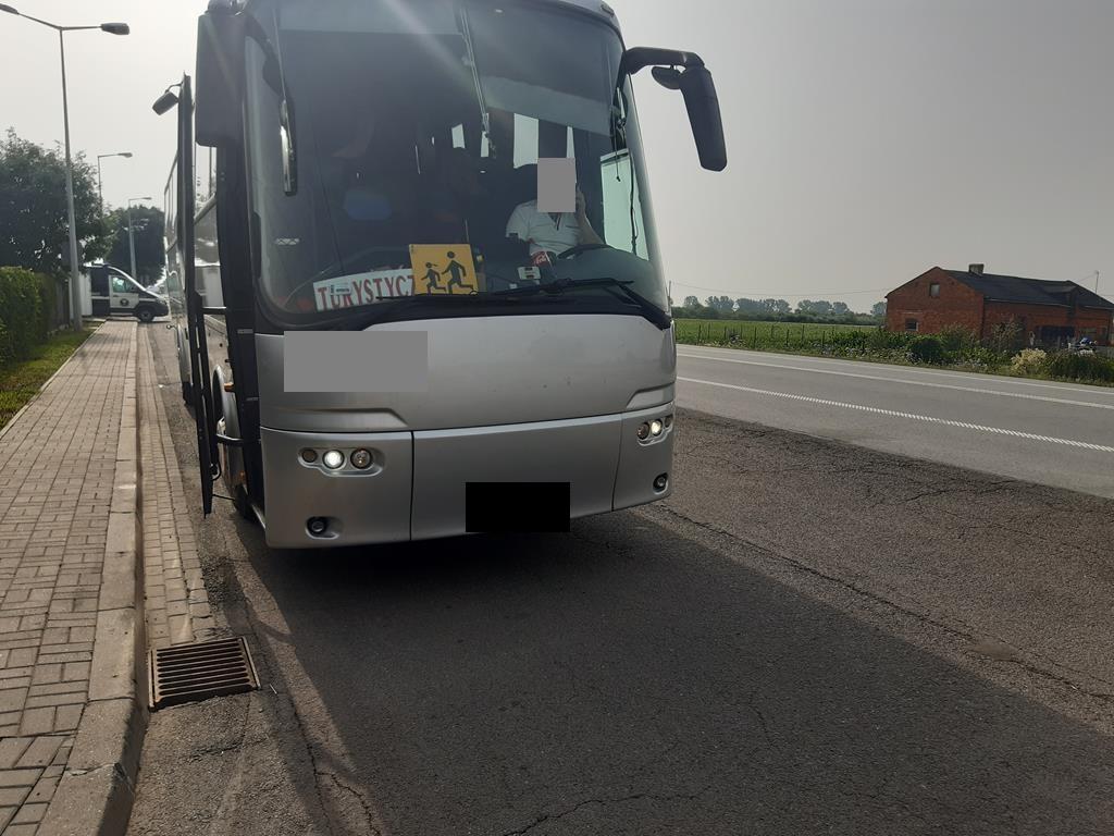 """Pod Kutnem zatrzymano autobus, który wiózł dzieci na wakacje. """"Musieliśmy zakazać kierowcy dalszej jazdy"""" - Zdjęcie główne"""