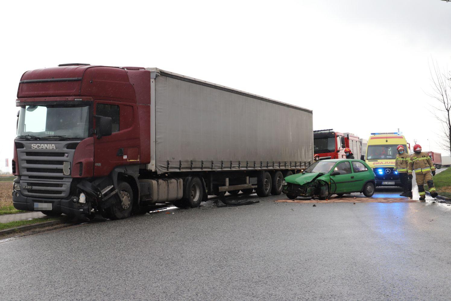 [ZDJĘCIA] Wypadek w Kutnie. Ciężarówka zderzyła się z autem osobowym - Zdjęcie główne
