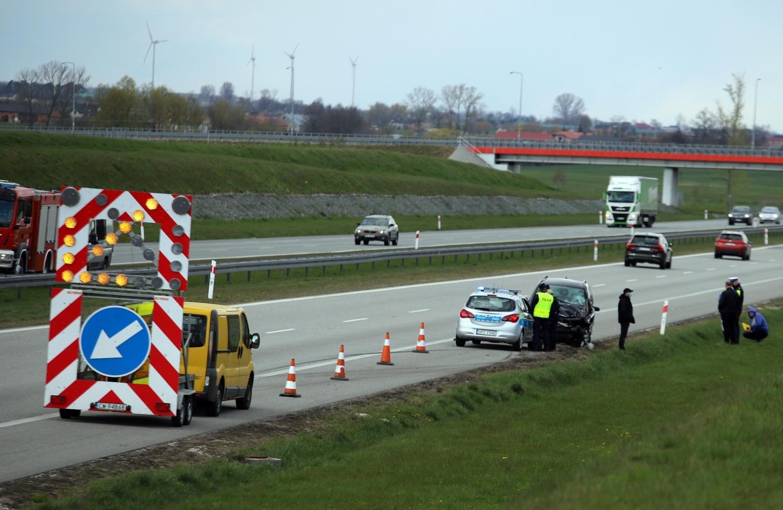 [ZDJĘCIA] Groźnie na autostradzie. Samochód osobowy zderzył się z ciężarówką - Zdjęcie główne
