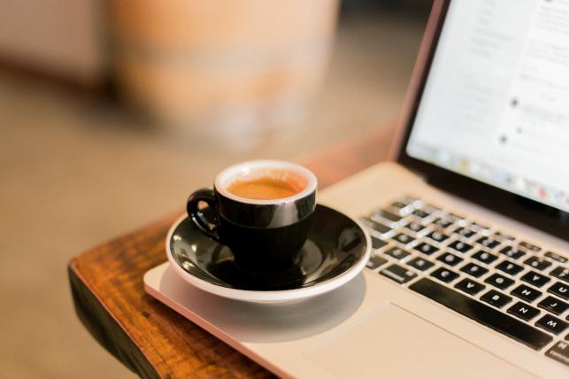 Co zrobić gdy zalejemy laptopa kawą? Mechaniczne awarie komputerów - Zdjęcie główne