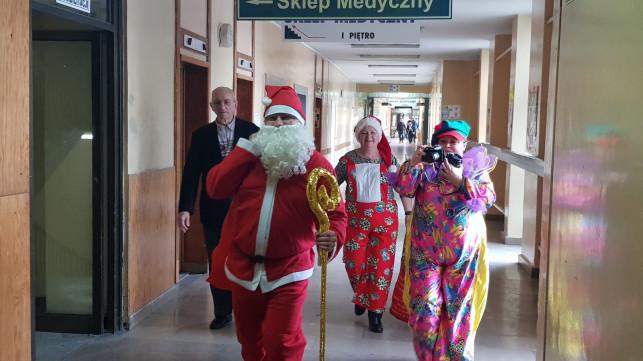 [ZDJĘCIA] Mikołaj odwiedził młodych pacjentów kutnowskiego szpitala - Zdjęcie główne