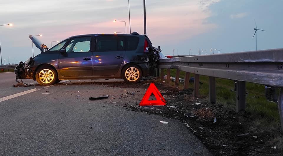 [ZDJĘCIA] Groźnie na A1. Auto rozbiło się na barierach - Zdjęcie główne