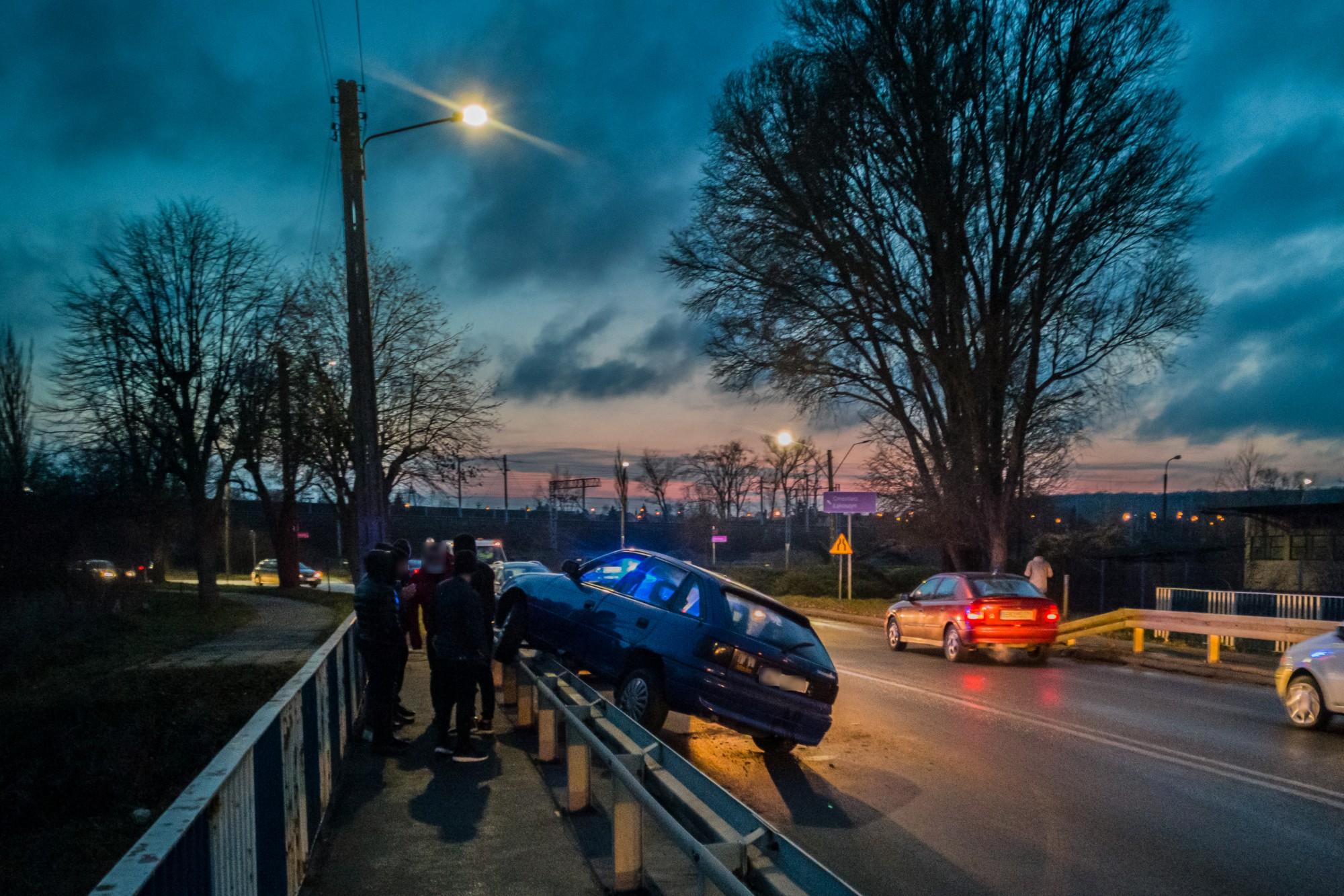 [ZDJĘCIA] Kolizja na moście. Auto wbiło się w bariery - Zdjęcie główne