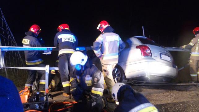 [ZDJĘCIA] Zmiażdżony samochód na autostradzie. ''Wyciągaliśmy poszkodowanego z pojazdu'' - Zdjęcie główne