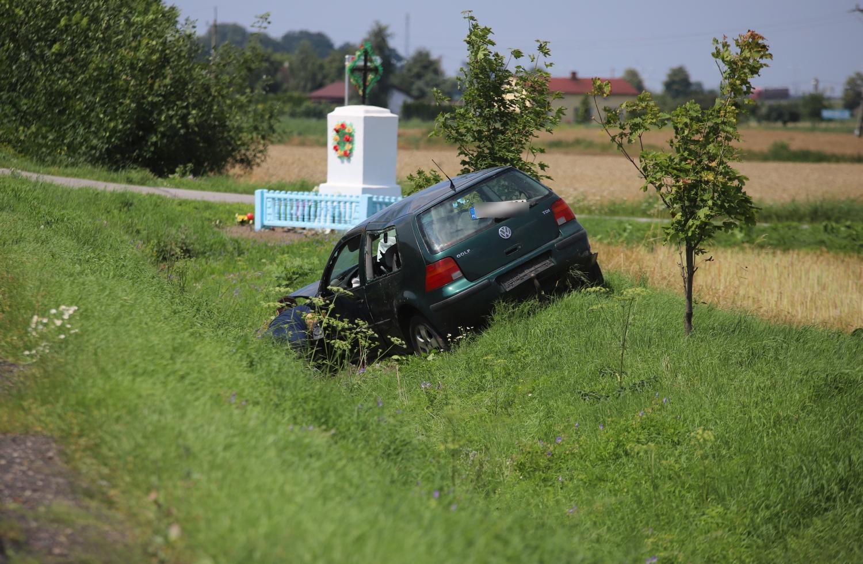 Kierowca wypadł z drogi pod Kutnem. Golf w rowie, na miejscu policja [ZDJĘCIA] - Zdjęcie główne