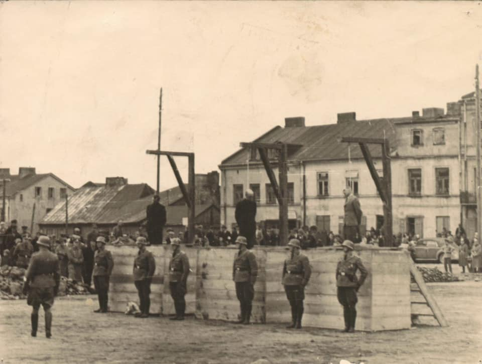 [ZDJĘCIA] Tak wyglądała egzekucja w centrum Kutna. Naziści wydali wyrok za przewóz żywności dla głodujących - Zdjęcie główne