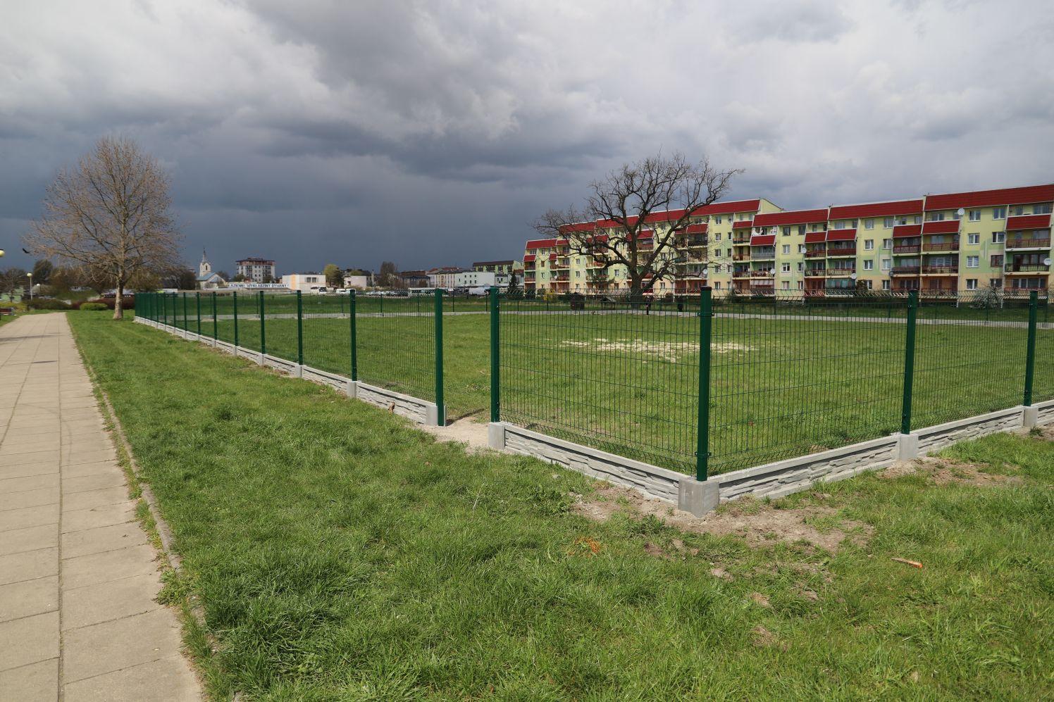 [ZDJĘCIA] Zmiany w kutnowskim parku. Pojawiło się tajemnicze ogrodzenie: co tu powstaje? - Zdjęcie główne