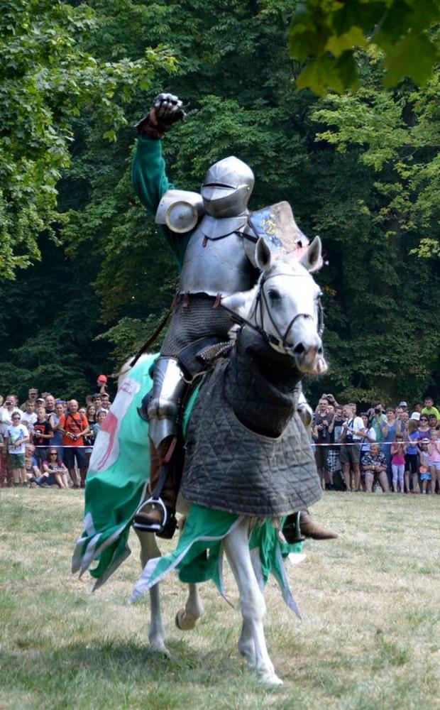 Średniowieczni rycerze kruszyli kopie - Zdjęcie główne
