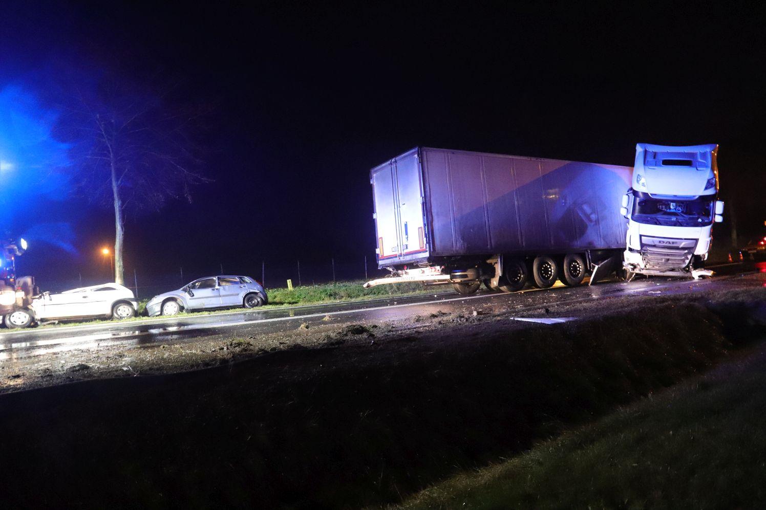 """[FOTO] Ciężarówka staranowała dwie osobówki: """"Dzięki czujności kierowców nie doszło do tragedii"""" - Zdjęcie główne"""