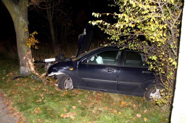 [AKTUALIZACJA] Wypadek na Troczewskiego. Auto na drzewie - Zdjęcie główne