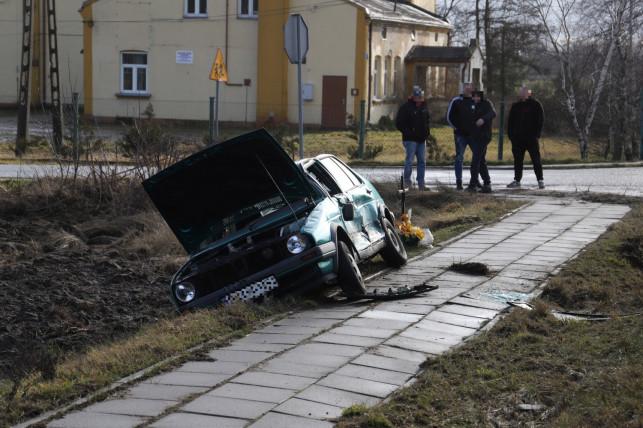 [ZDJĘCIA] Wypadek na DK 91! Zderzenie dwóch aut, jedno wylądowało w rowie - Zdjęcie główne