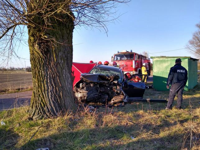 [AKTUALIZACJA][ZDJĘCIA] Wypadek! Samochód skasowany na drzewie: nie żyje 28-latka! - Zdjęcie główne