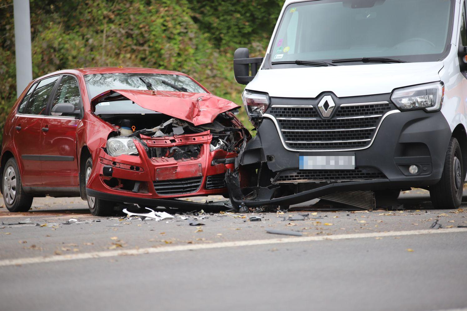 Niebezpiecznie pod Kutnem. Zderzyły się dwa auta, są osoby poszkodowane [ZDJĘCIA] - Zdjęcie główne