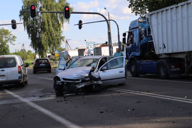 [ZDJĘCIA] Dwa samochody rozbite. Czołowe zderzenie na DK92 - Zdjęcie główne