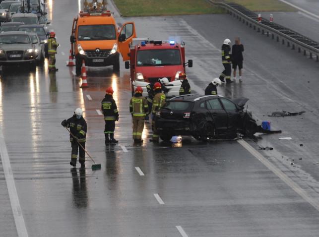 [ZDJĘCIA] Uderzył w bariery na autostradzie. To kolejny wypadek w tym miejscu - Zdjęcie główne