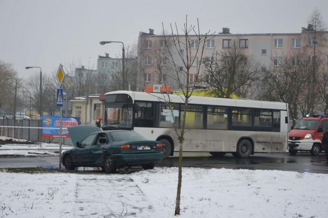 Autobus zderzył się z osobówką na Chrobrego! - Zdjęcie główne