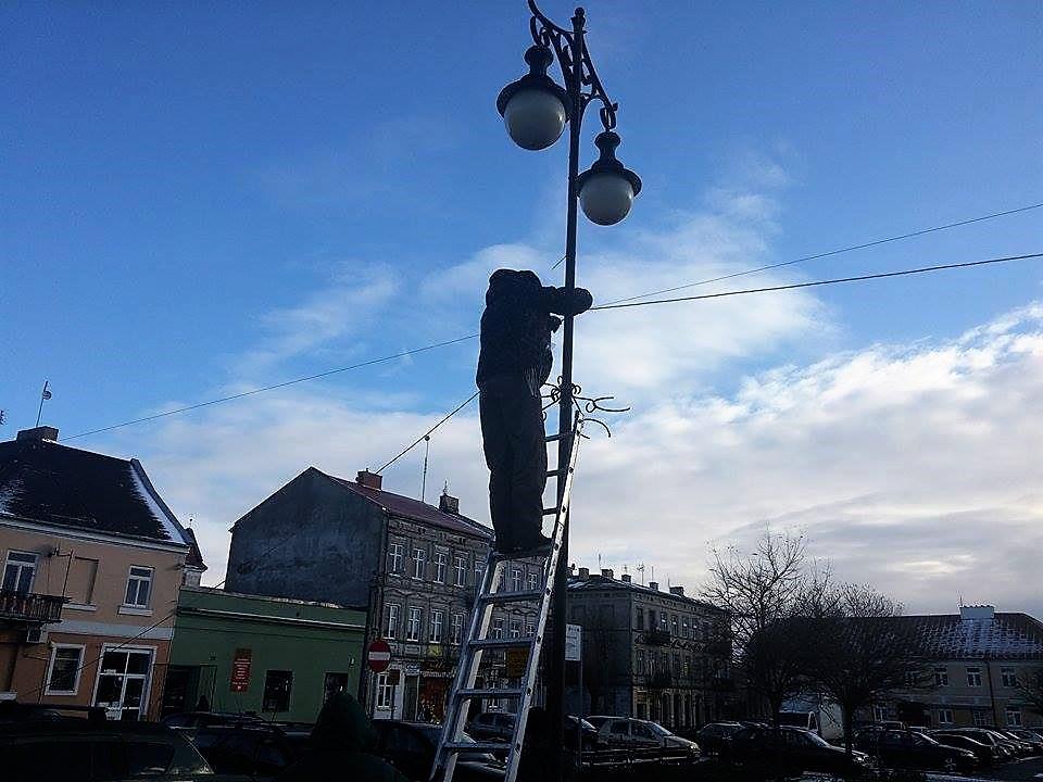 Trwa montaż świątecznego oświetlenia - Zdjęcie główne