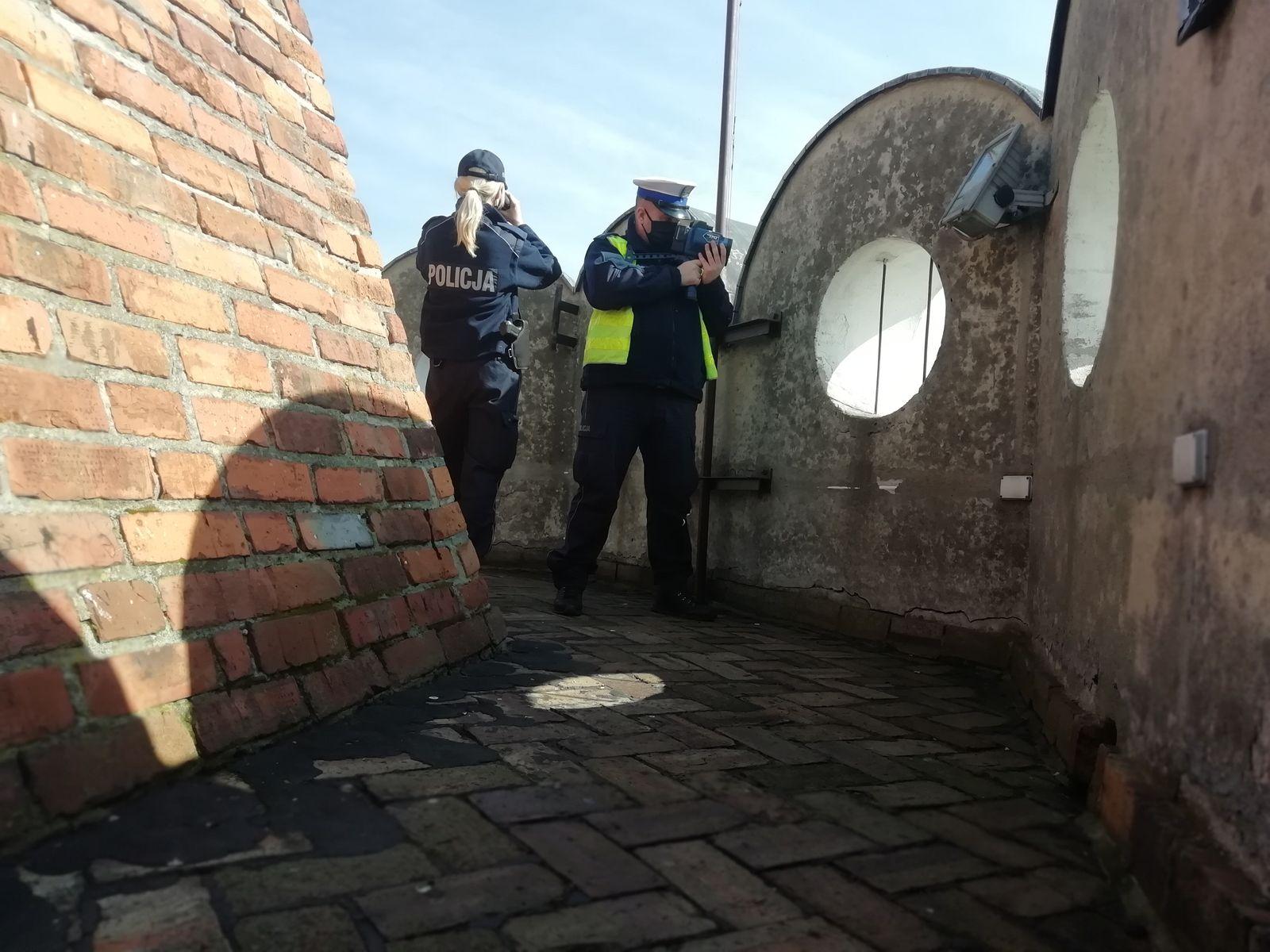 """[ZDJĘCIA] Policjanci """"suszyli"""" z wieży zamkowej. Nazwali to operacją """"Królewska Wieża"""" - Zdjęcie główne"""