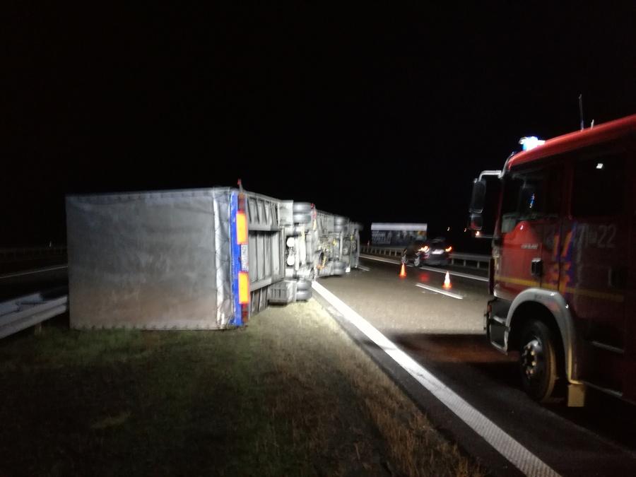 """Niebezpiecznie na """"Jedynce"""" - ciężarówka uderzyła w bariery - Zdjęcie główne"""