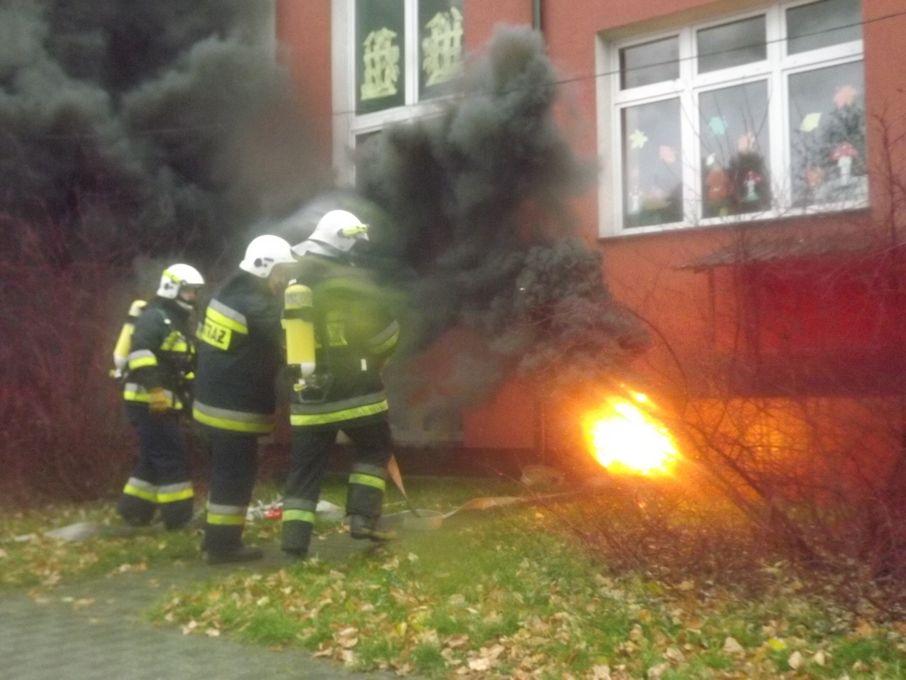 Ogień w szkole, czyli efektowne ćwiczenia strażaków! - Zdjęcie główne