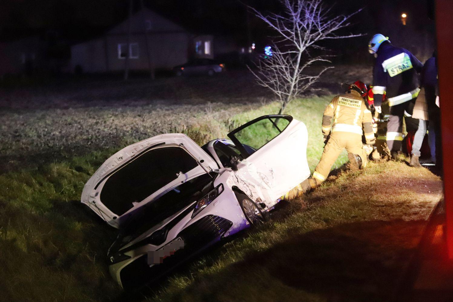 [ZDJĘCIA] Wypadek pod Piątkiem. Dwa samochody w rowie - Zdjęcie główne