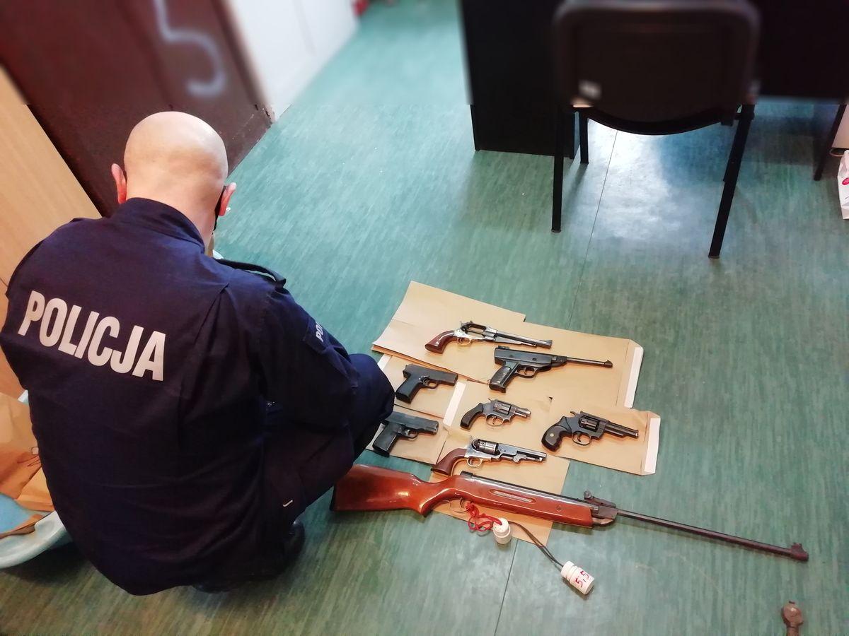 Istny skład broni pod Łęczycą! Posiadacz wpadł, bo... sam zadzwonił na policję - Zdjęcie główne