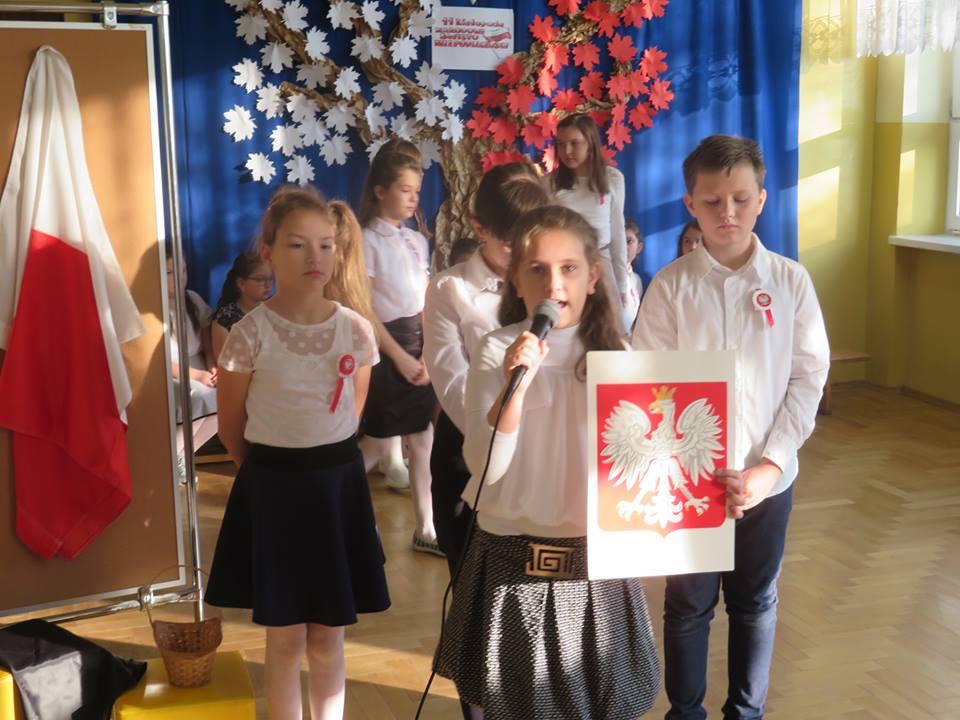 """""""Dzisiaj wielka jest rocznica"""" - Uroczystości w Szkole Podstawowej w Błoniu - Zdjęcie główne"""