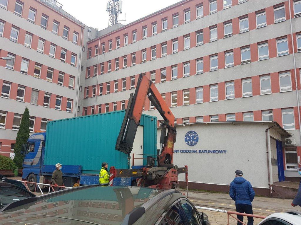Nowy respirator i kontener w szpitalu - Zdjęcie główne