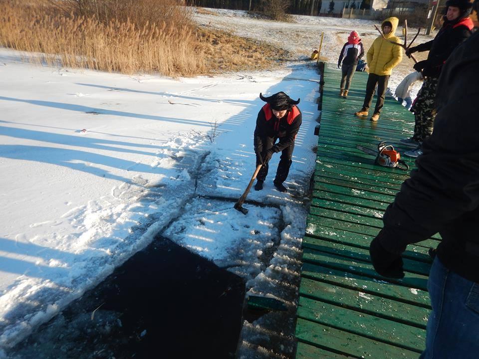 Pomysł na zimę? Kąpiel w lodowatej wodzie - Zdjęcie główne