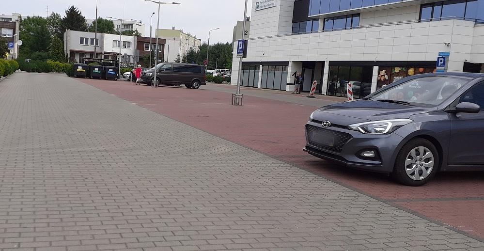 Mieszkańcy nie mają gdzie parkować, a parking przy Cotexie stoi pusty. Dlaczego? - Zdjęcie główne