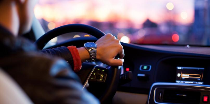 Jak bezpiecznie wypożyczyć samochód? - Zdjęcie główne