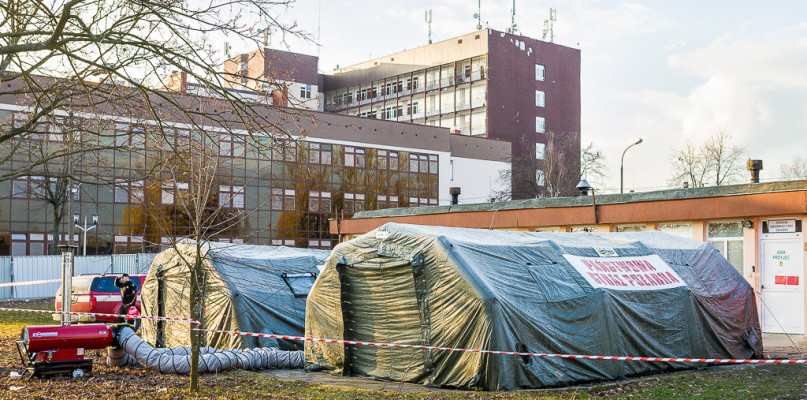 Jeden z pacjentów z COVID-19 przetransportowany do szpitala w Warszawie  - Zdjęcie główne