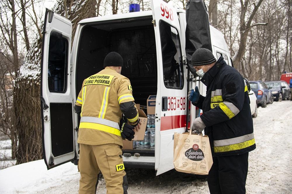 Ciepłe napoje i poczęstunek dla płockich służb. PKN Orlen dziękuje za walkę z żywiołem - Zdjęcie główne