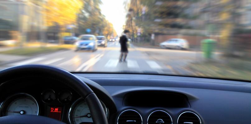 Potrącenie kobiety na pasach i kraksa kilku aut - Zdjęcie główne