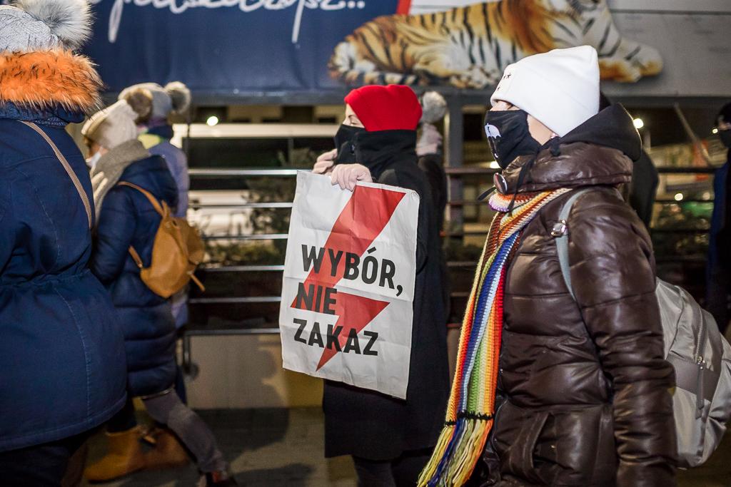 Dzień kobiet w Płocku. - Won z kwiatami, chcemy prawa do aborcji - Zdjęcie główne