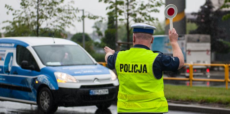 Policja zatrzymała amatora szybkiej jazdy. Pędził jaguarem i stracił prawo jazdy - Zdjęcie główne