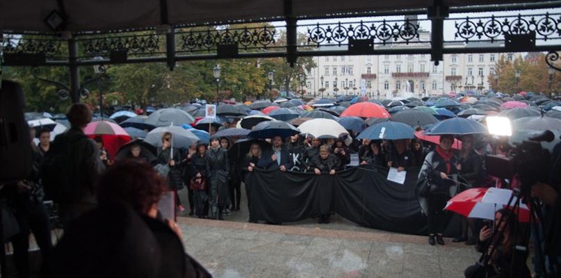 Czarny protest. Słowa ginekolożki kontra projekt ustawy - Zdjęcie główne