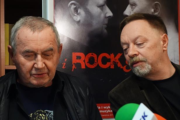 W teatrze seks, prochy i rock and roll  - Zdjęcie główne