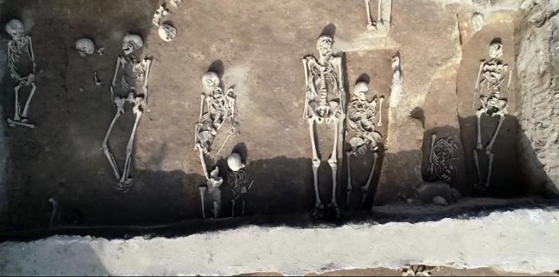 Pokazano efekty prac archeologicznych na cmentarzysku w centrum Płocka - Zdjęcie główne