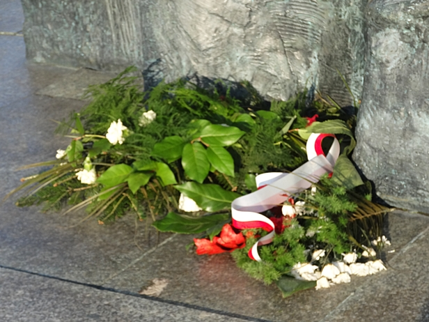 Pomnik Broniewskiego cały pomazany - Zdjęcie główne